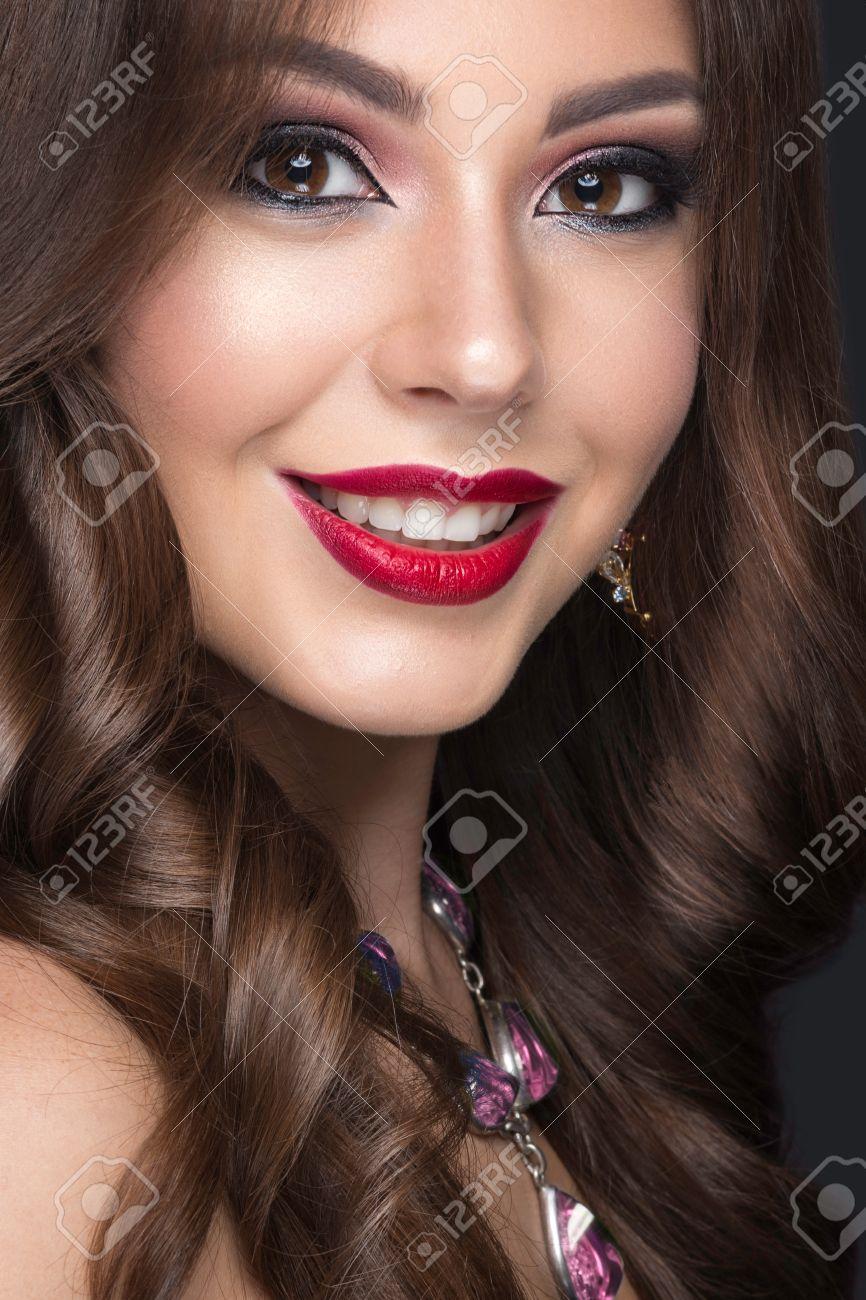 Schone Frau Mit Dem Arabisch Make Up Roten Lippen Und Locken