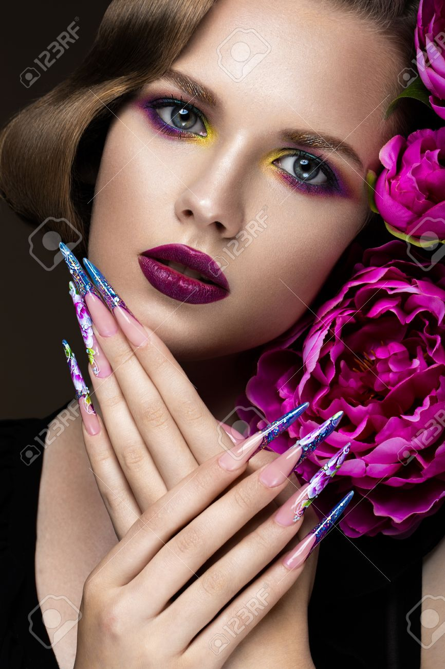 Belle Fille Avec Le Maquillage Coloré Fleurs Rétro Coiffure Et
