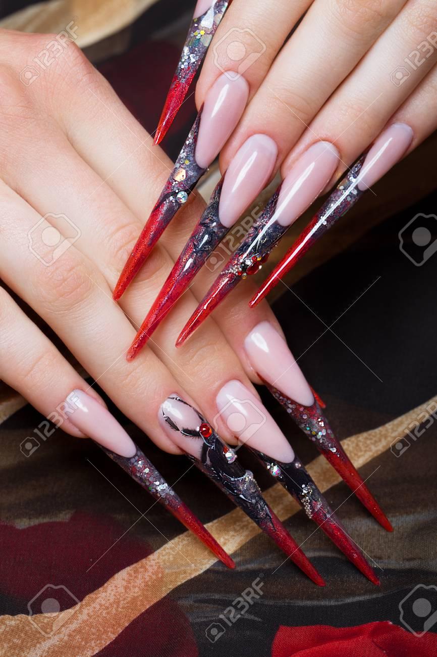 Largo Y Hermoso Manicura En Los Dedos En Colores Negro Y Rojo Con Una Araña Diseño De Uñas Fotografía Tomada En El Estudio Sobre Un Fondo Blanco