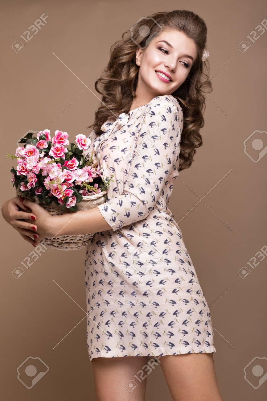 frais jeune fille dans une robe de soie légère, sourire, rétro