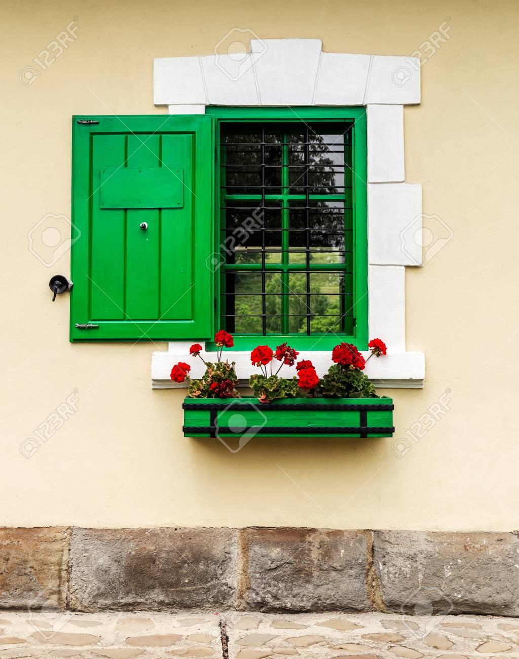 Grünes Fenster Mit Blumenkasten Und Fensterläden Lizenzfreie Fotos ...