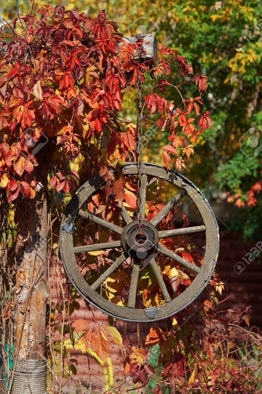 Herbst Dekor Mit Holzernen Wagenrad Lizenzfreie Fotos Bilder Und Stock Fotografie Image 88330872