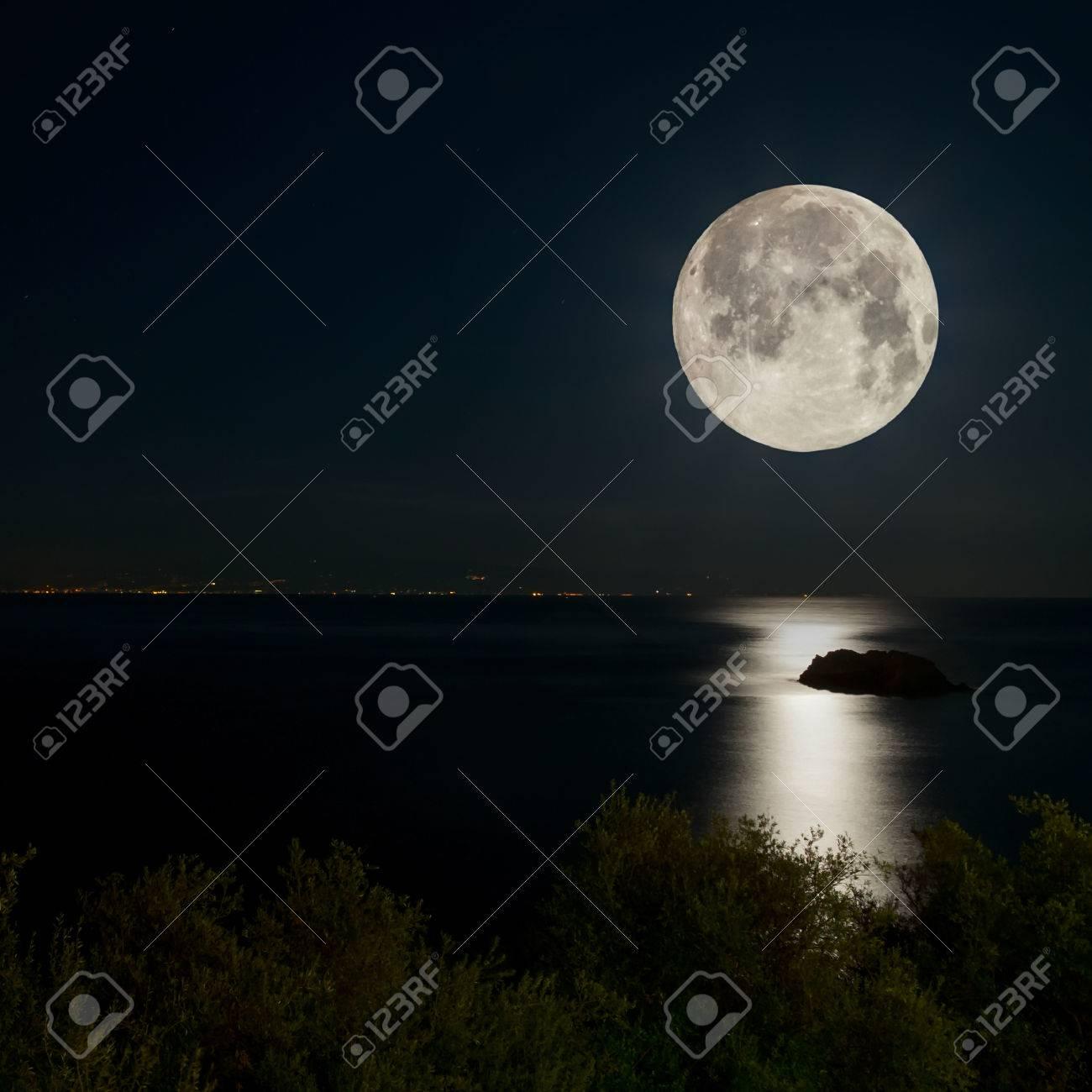 Scena Di Notte Luna Piena Riflessa Sul Mare Le Luci Della Città