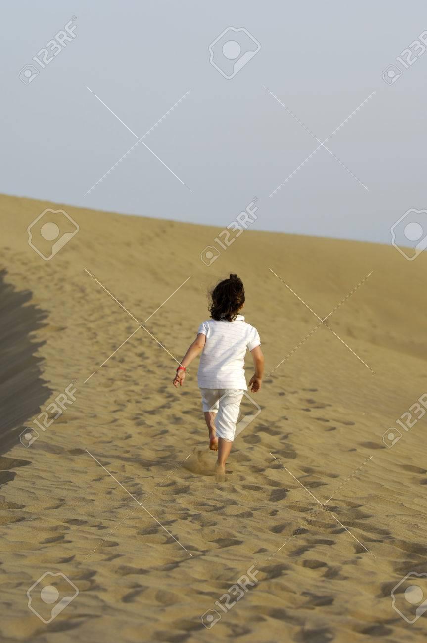 El niño está caminando solos en el desierto  Foto de archivo - 1528284