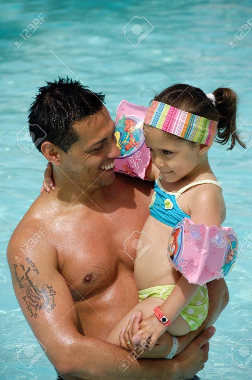Feliz el hombre y el niño en la piscina. La demanda está sonriendo y sosteniendo a su hijo. Foto de archivo - 11806355