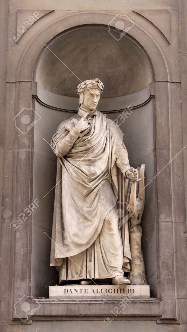 Photo De Galerie Exterieur une statue de dante alighieri assis à l'extérieur de la galerie des  offices, à florence, italie. dante était un philosophe poète, écrivain et  morale.