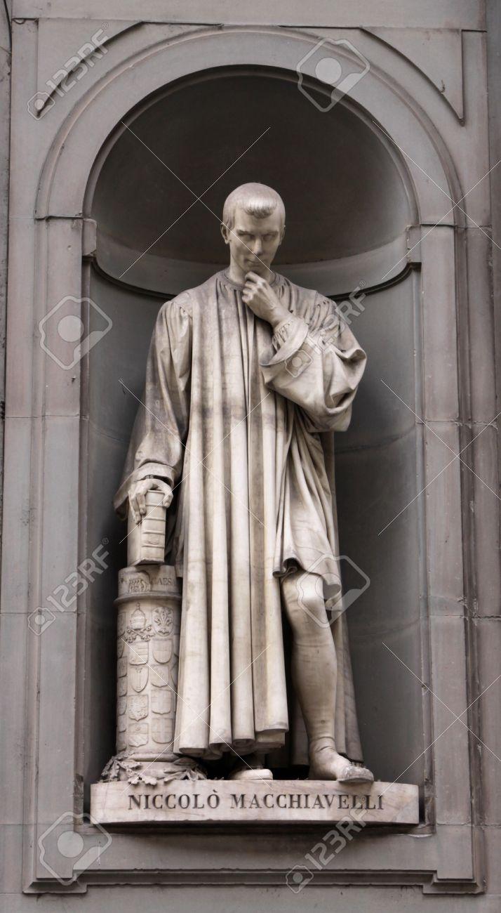 Photo De Galerie Exterieur une statue de machiavel assis à l'extérieur de la galerie des offices, à  florence, en italie.