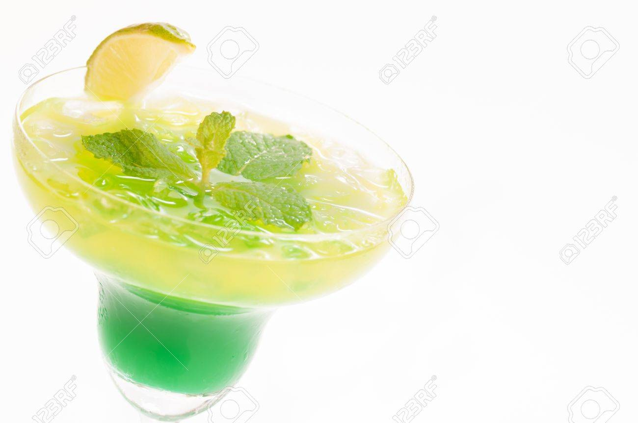 mejor venta más barata los recién llegados Cóctel Citrus Paradise hecha de melón Midori, ron blanco, piña, jugo de  limón y aderezos con rodaja de limón y menta fresca deja