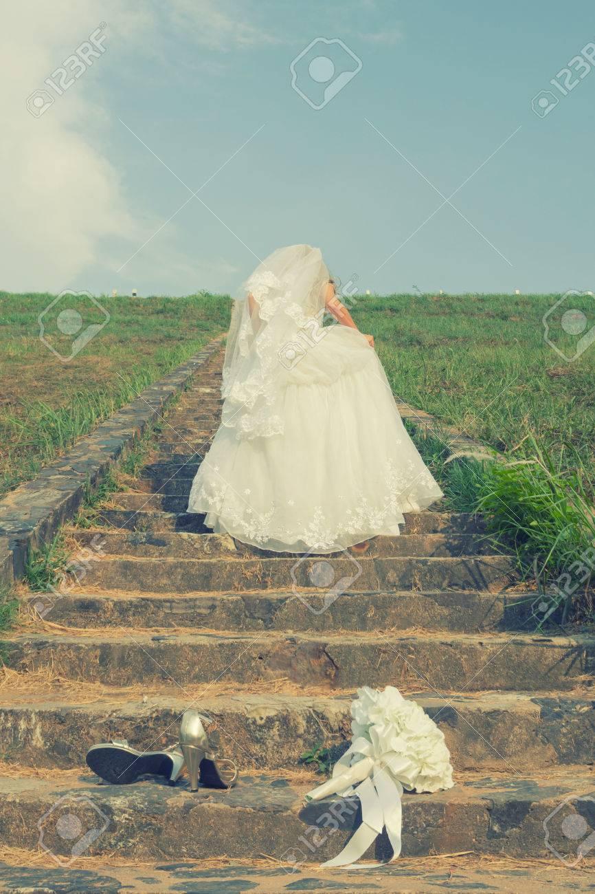 Braut In Weißen Brautkleid Ausziehen Sie Ihre Schuhe Und Gehen Die ...
