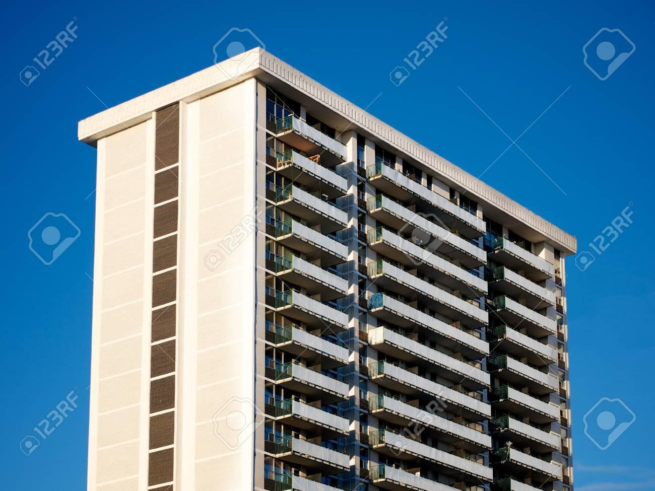 https://previews.123rf.com/images/canadapanda/canadapanda1304/canadapanda130400001/19032917-un-immeuble-des-ann%C3%A9es-80-le-jour-de-ciel-bleu-.jpg