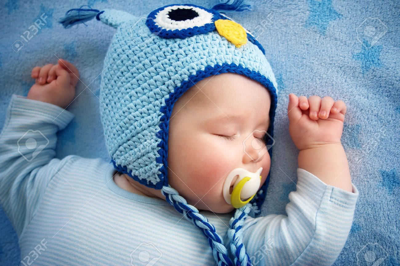4 month old baby in owl hat sleeping on blue blanket Stock Photo - 37732547 192df07429e