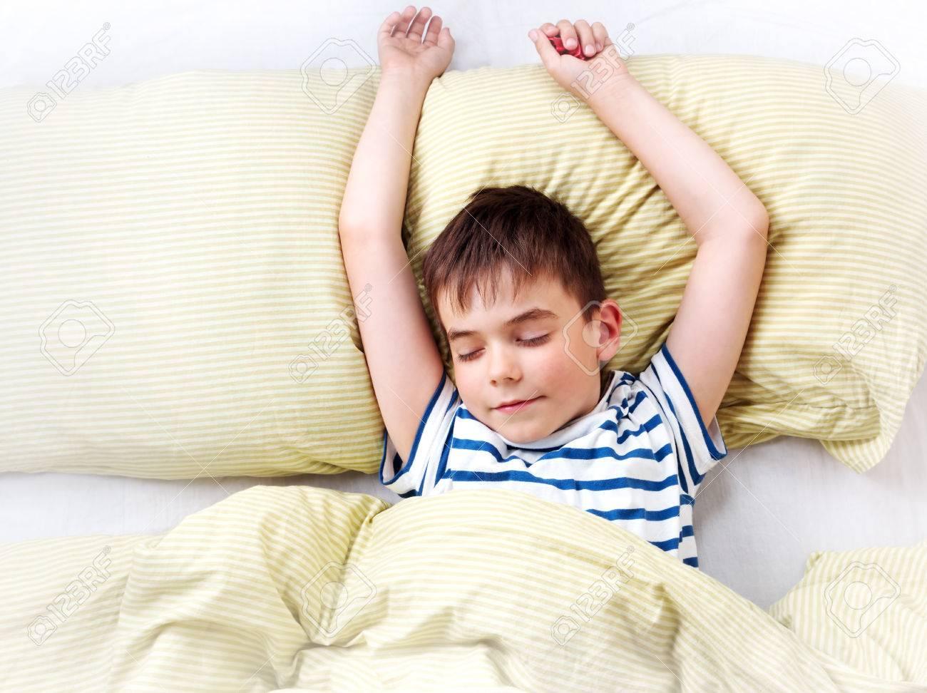 e3455699c83 Foto de archivo - Un año de edad bebé acostado en la cama con ropa de cama  verde