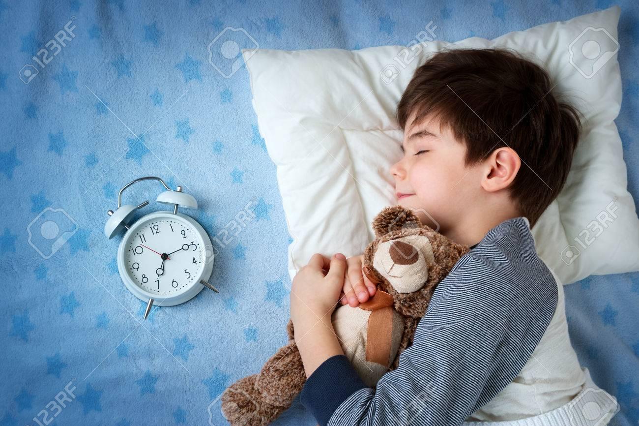 oreiller reveil Six Ans Enfant Endormi Dans Son Lit Sur L'oreiller Avec Réveil Et  oreiller reveil