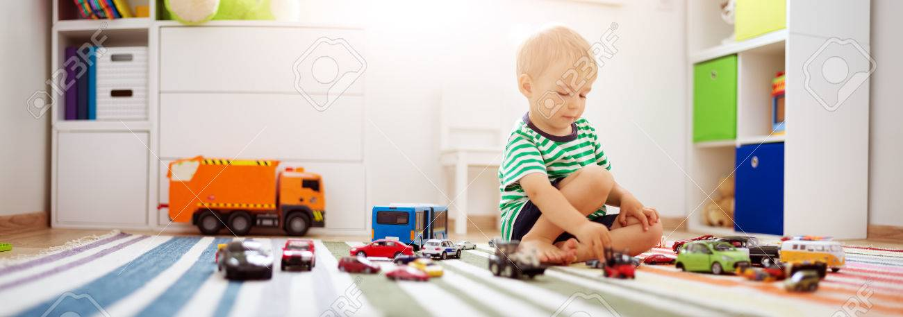 Little child playing with toy cars - 85022816
