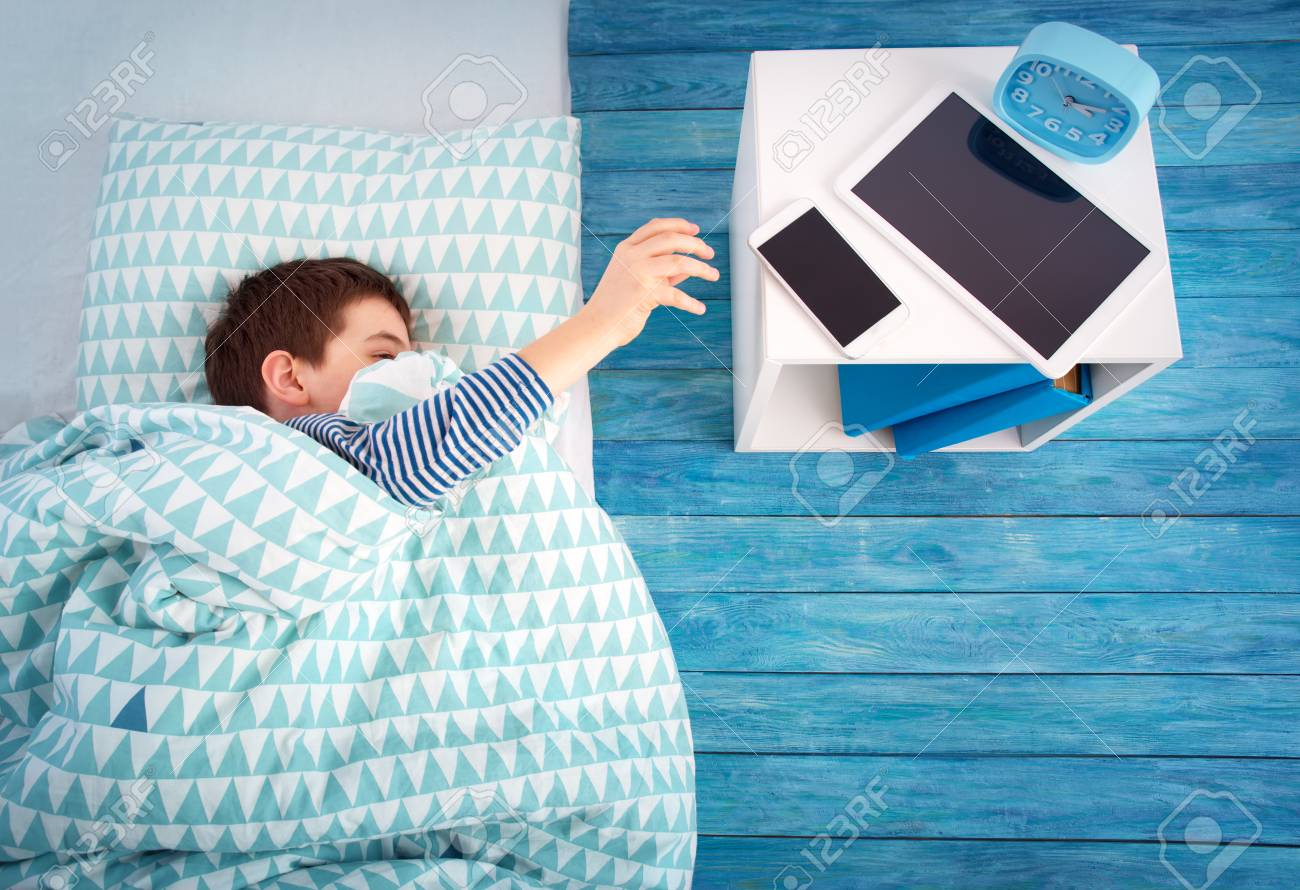 eight years old child sleeping in bed on pillow - 95926616