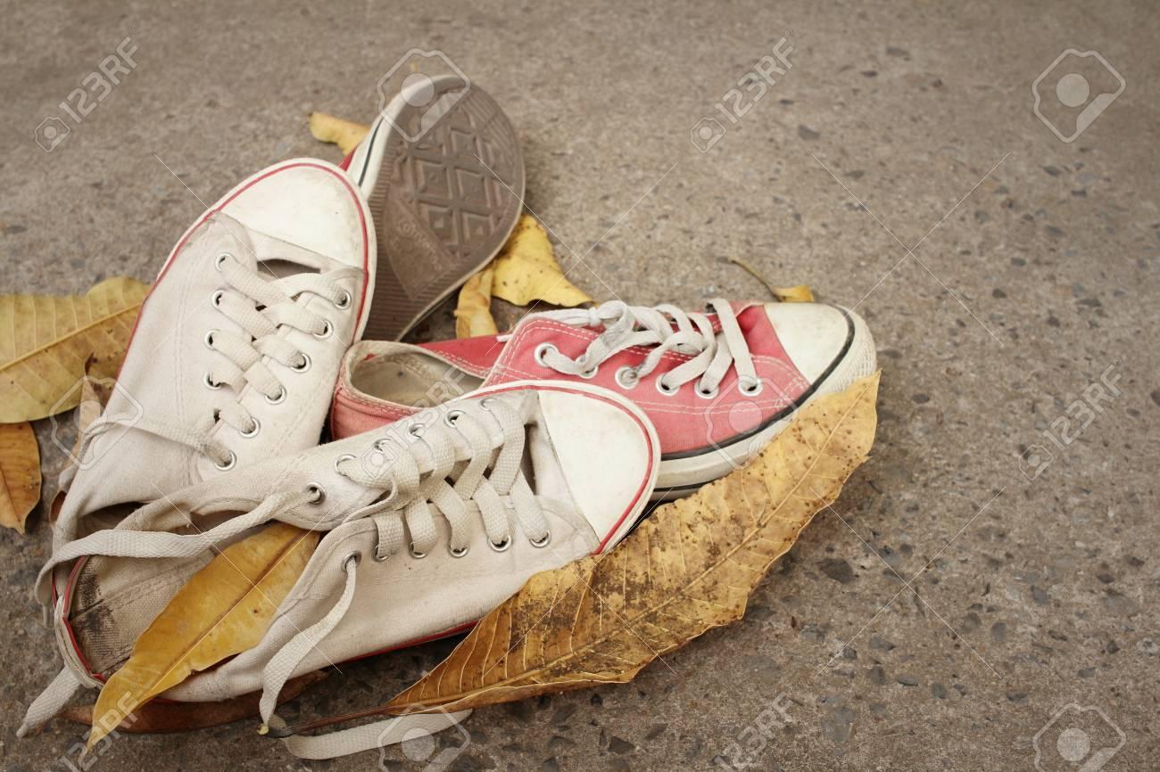 セメントの背景に赤と白の靴。 写真素材 , 60611135