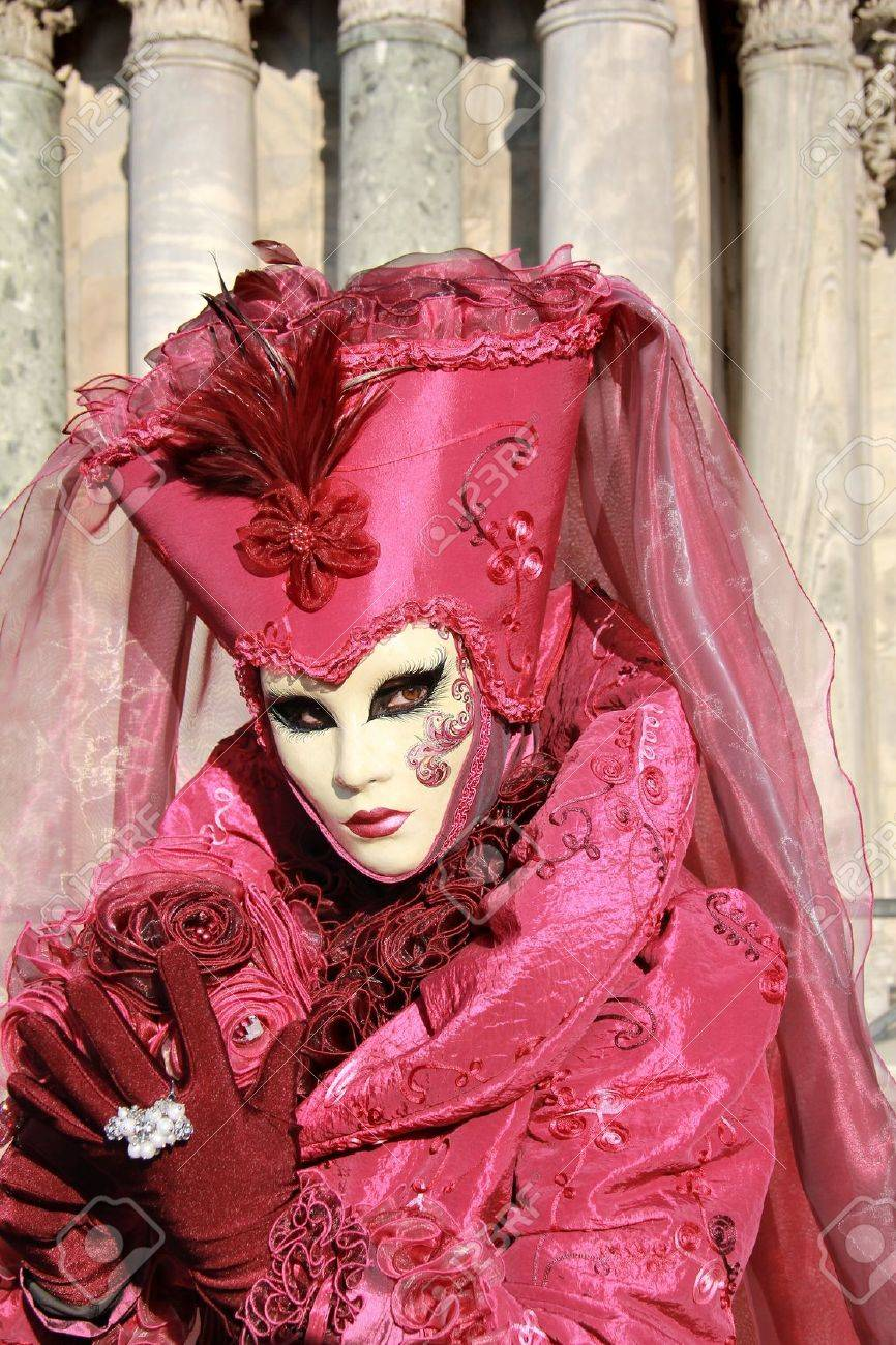 Dama Elegante Púrpura Y Rosa Con La Máscara. De Terciopelo Vestido Y ...