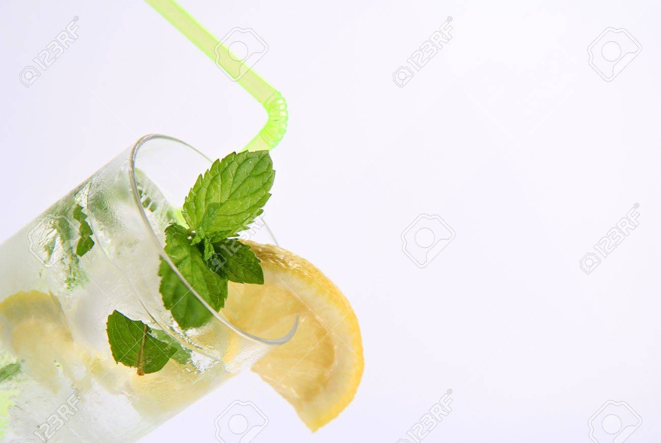 nuevo autentico sobornar auténtico comprar lo mejor Detalle de un cóctel de ron blanco mojito con menta y limón como decoración