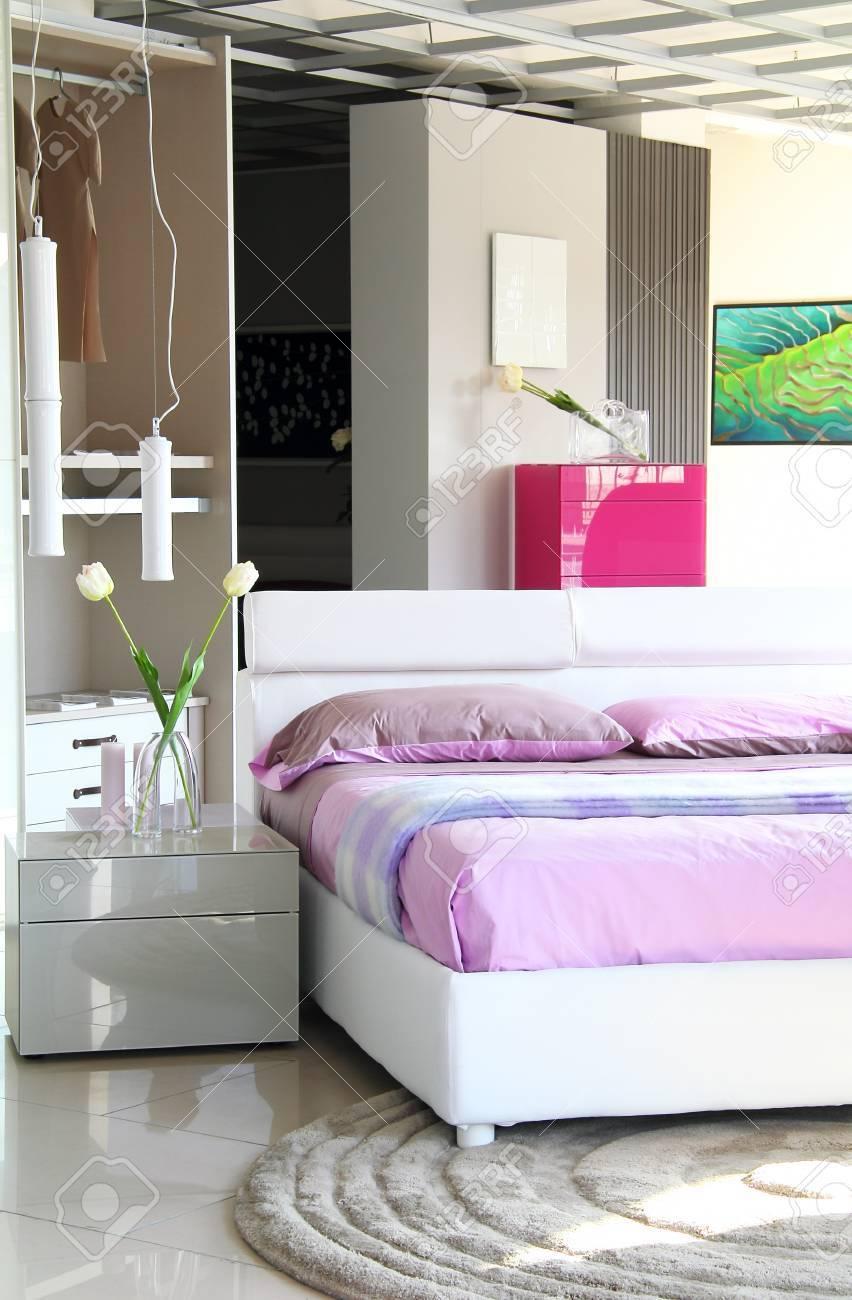 Moderne Schlafzimmer. Lila Und Weißen Bett Mit Offenen Schrank. Natürliche  Morgenlicht Standard Bild