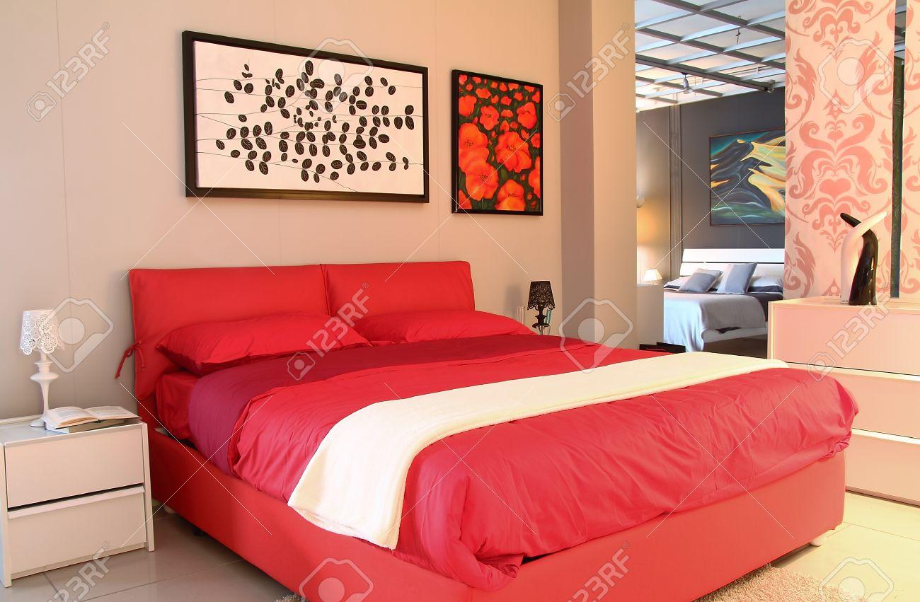 Chambre à coucher design moderne. lit rouge à l'intérieur magasin ...