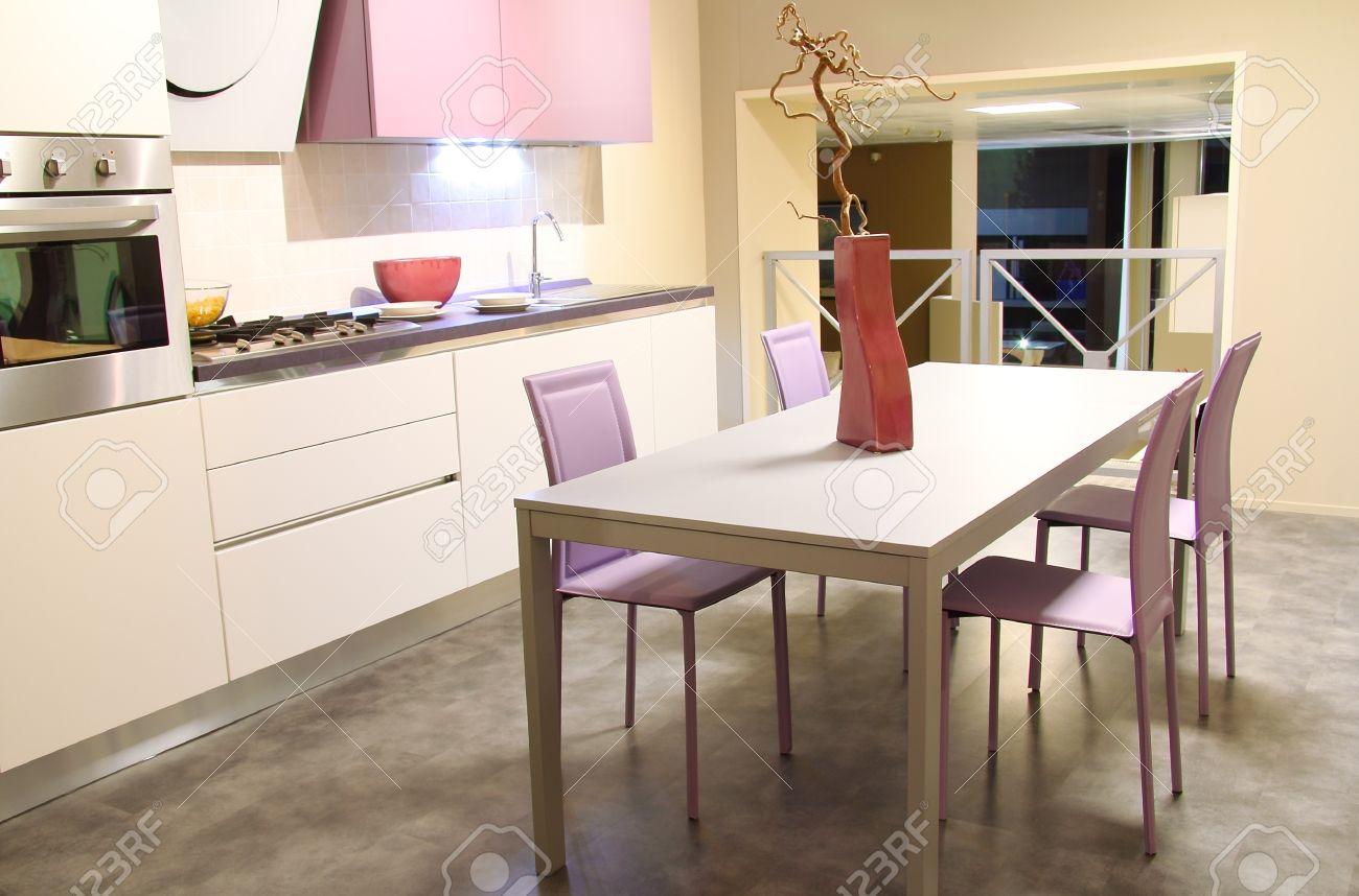 Cuisine moderne dans rose tendre et couleurs crème. magasin de ...