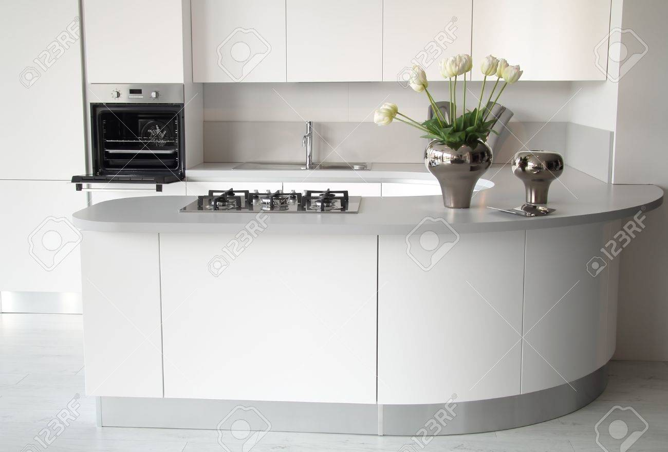 Cuisine Blanc Moderne Avec Four Ouvert Et Un évier En Acier Chic Et élégant Décoration De Fleurs
