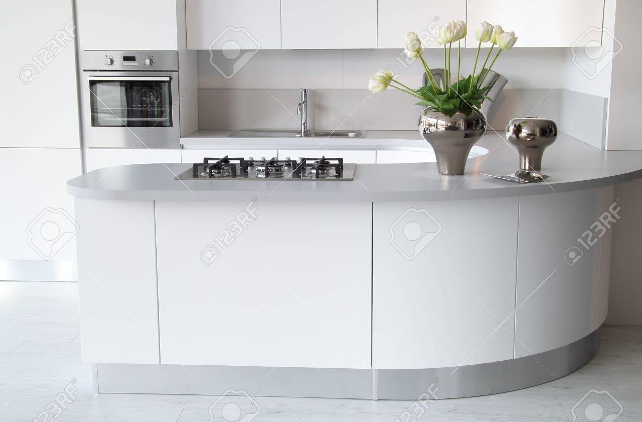 Decoration Cuisine Moderne Blanche cuisine moderne blanche avec four fermé. Élégant et élégant décoration de  fleurs