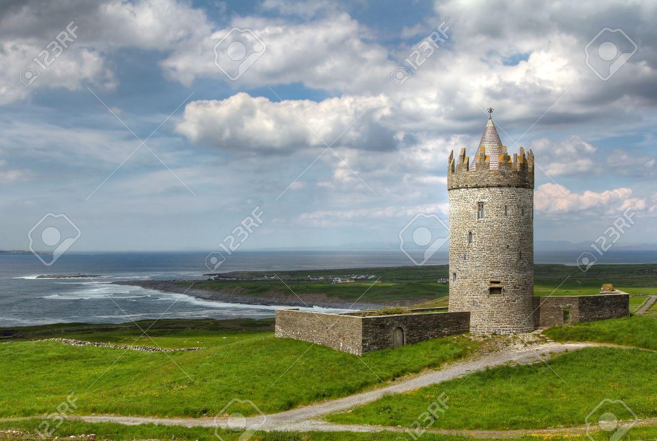 Foto de archivo , Castillo Doonagore en la carretera costera de famosos acantilados de Moher. Condado de Clare, Irlanda