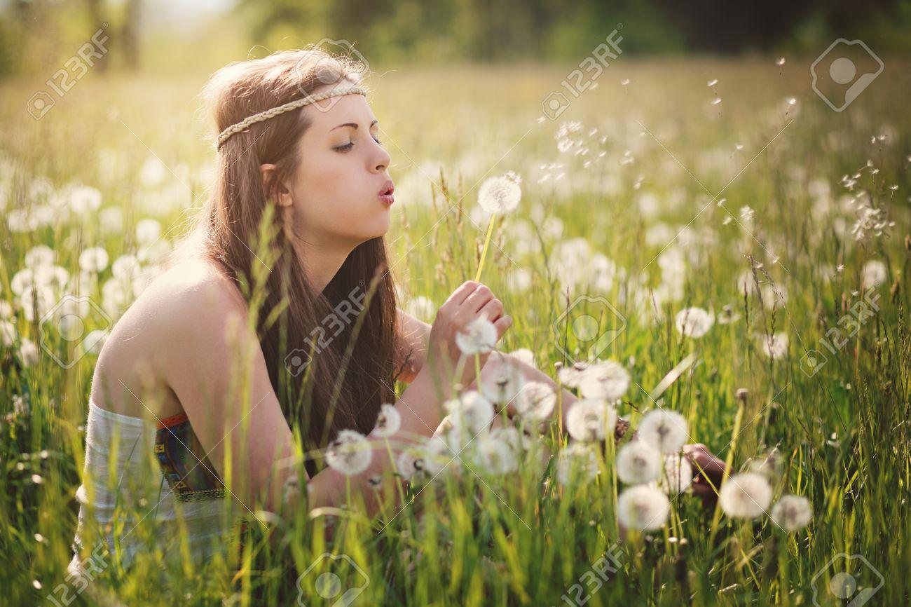 Foto de archivo - Hermosa mujer hippie soplando flores de diente. armonía  la naturaleza ae898bb0bb1b