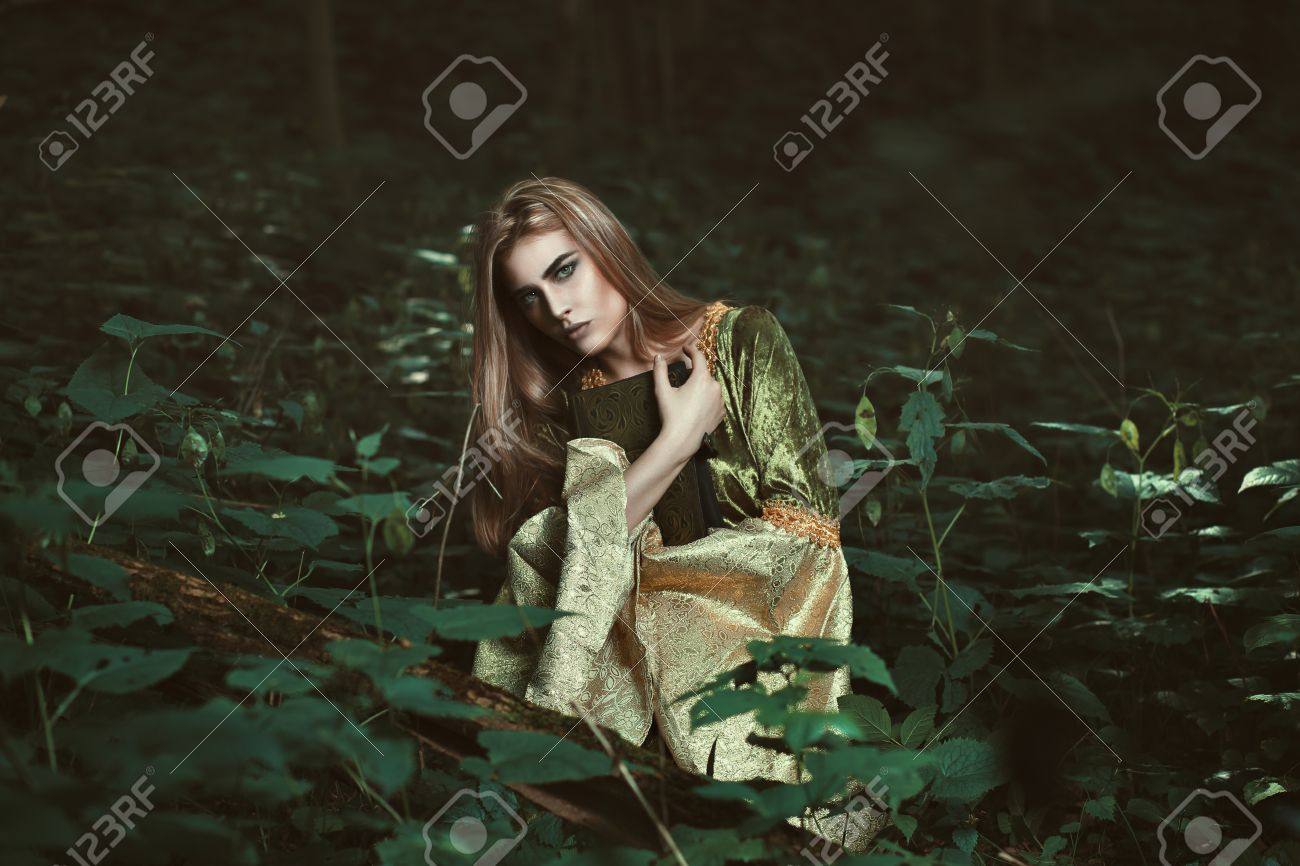 Fee Femme Avec Un Livre Magique Dans Une Foret Sombre Fantastique Tir