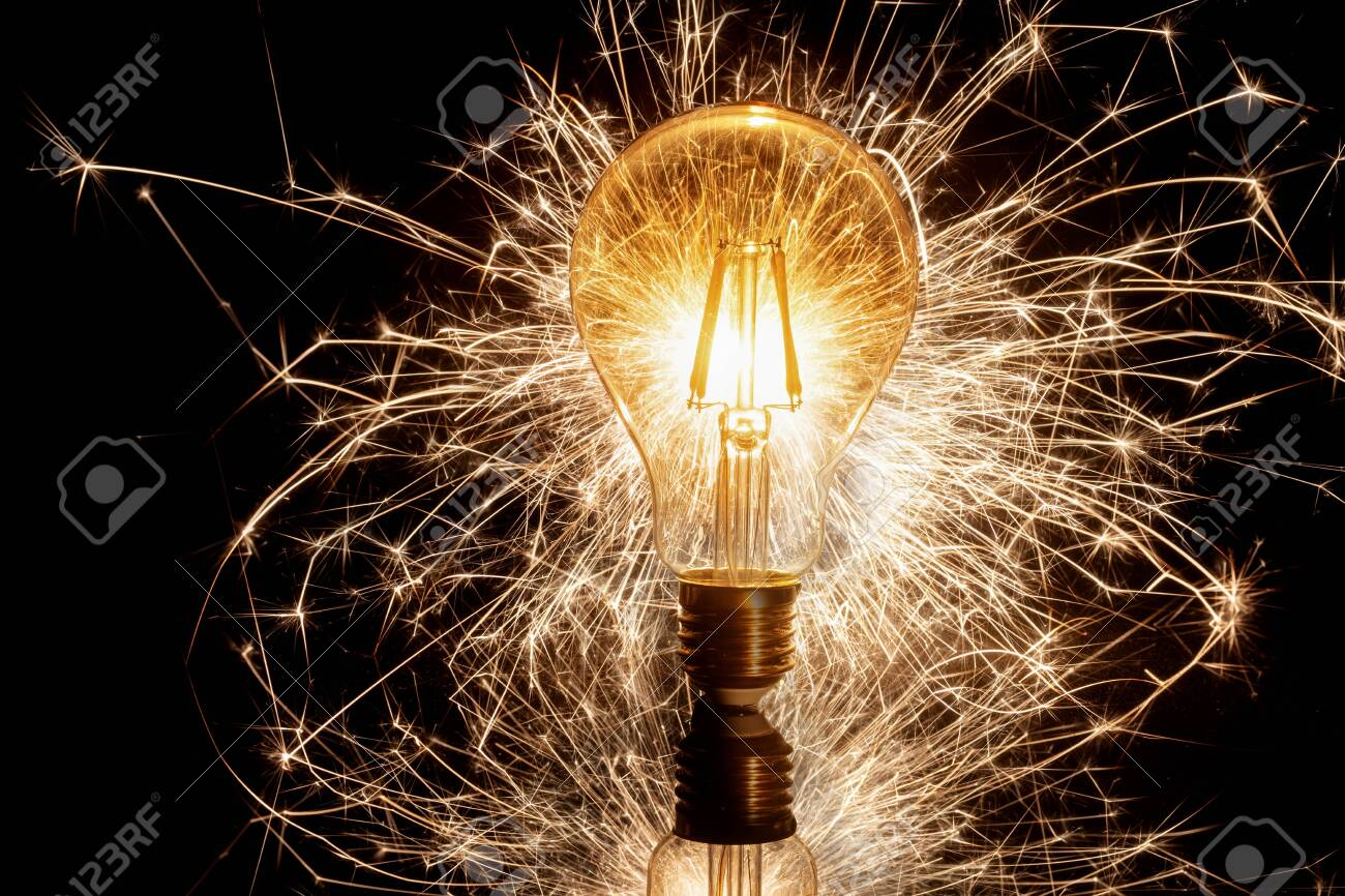 Spinning light bulb making attractive design in the night - 153589570