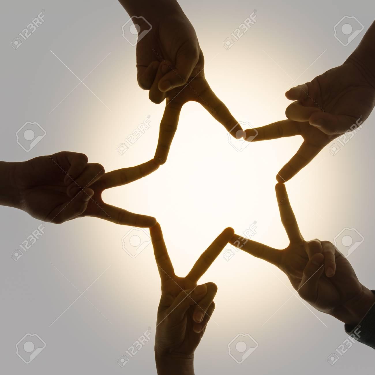 星の形の結合手のシルエット画像です。チームワーク、団結と友情の概念 ...