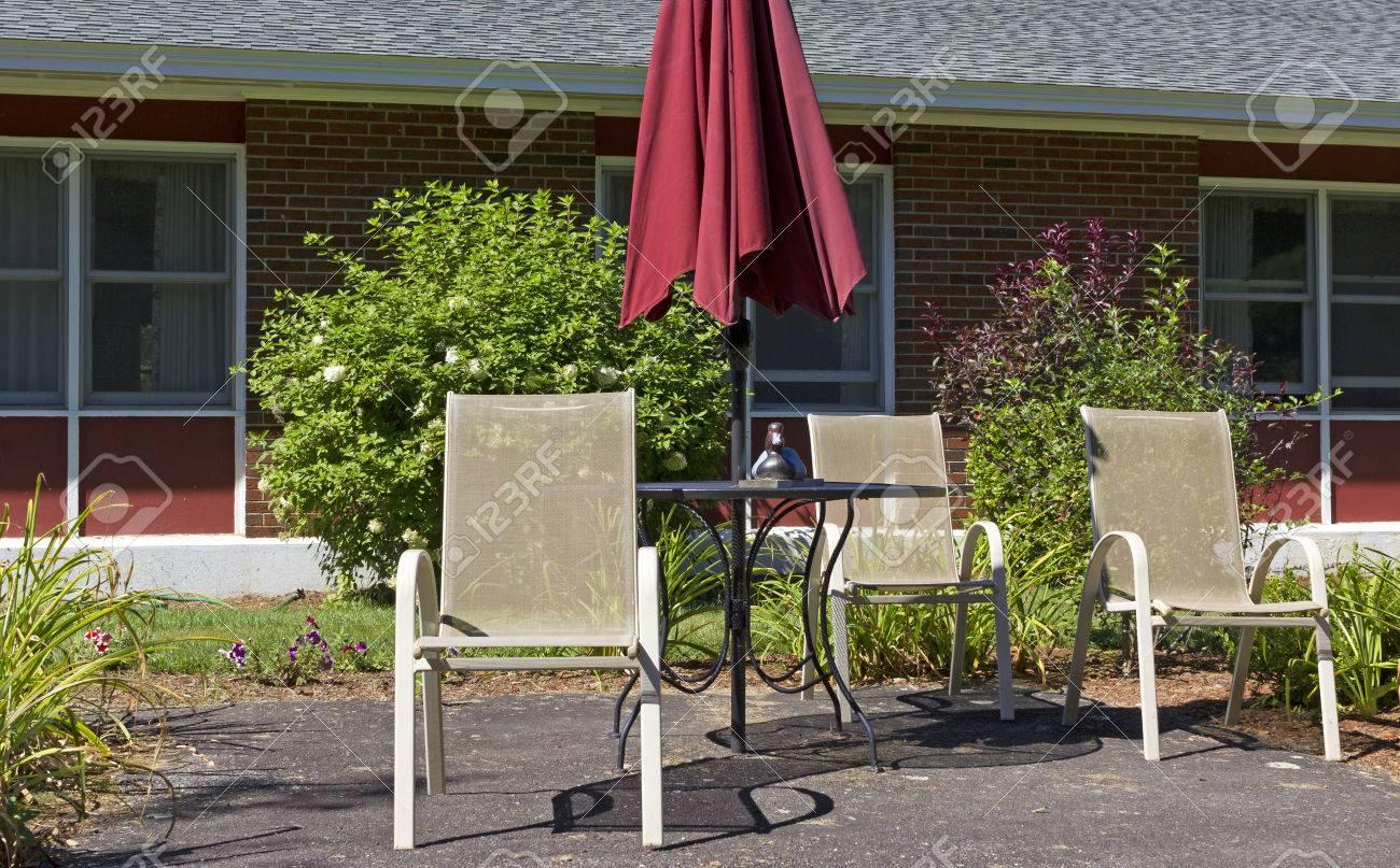 Chaise Fer Forgé Et Bois canard en bois sur le noir table en fer forgé avec des chaises blanches  attrayantes prélasser métallique.