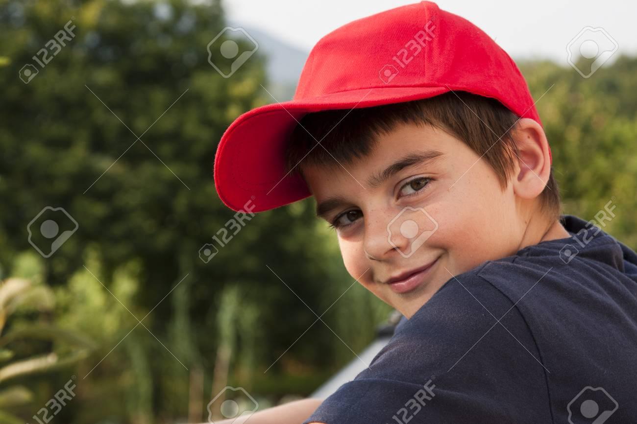 famosa marca de diseñador mejor venta apariencia elegante Retrato de niño en primer plano con gorra roja