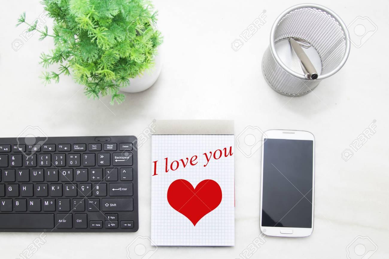 Message d amour dans le livre sur le bureau vue de dessus de la