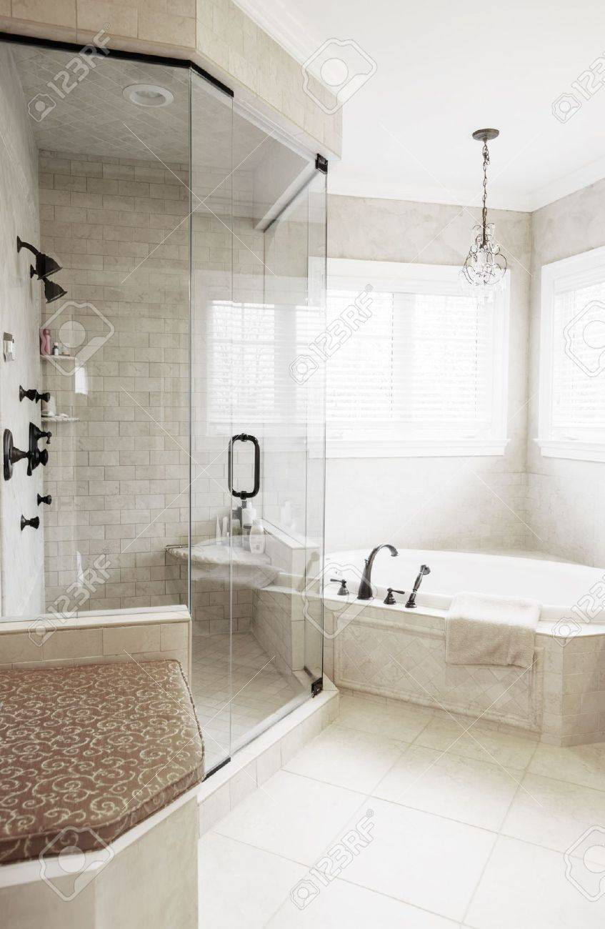 Gehobene Neutral Getönten Badezimmer Mit Whirlpool Badewanne Und Dusche.  Vertikalen Format. Standard