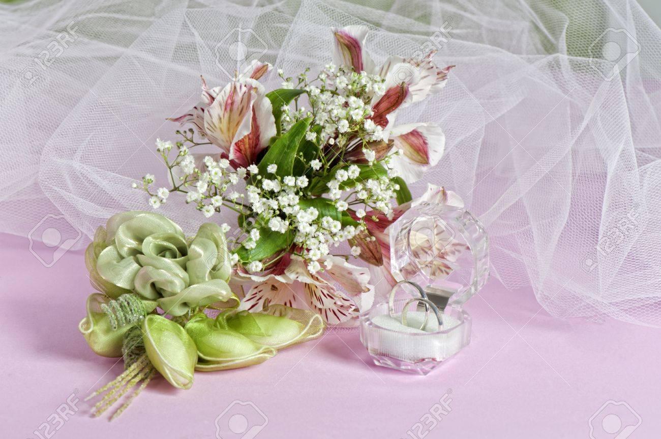 Bomboniere Matrimonio Fiori.Immagini Stock Composizione Con Fiori E Bomboniere Per