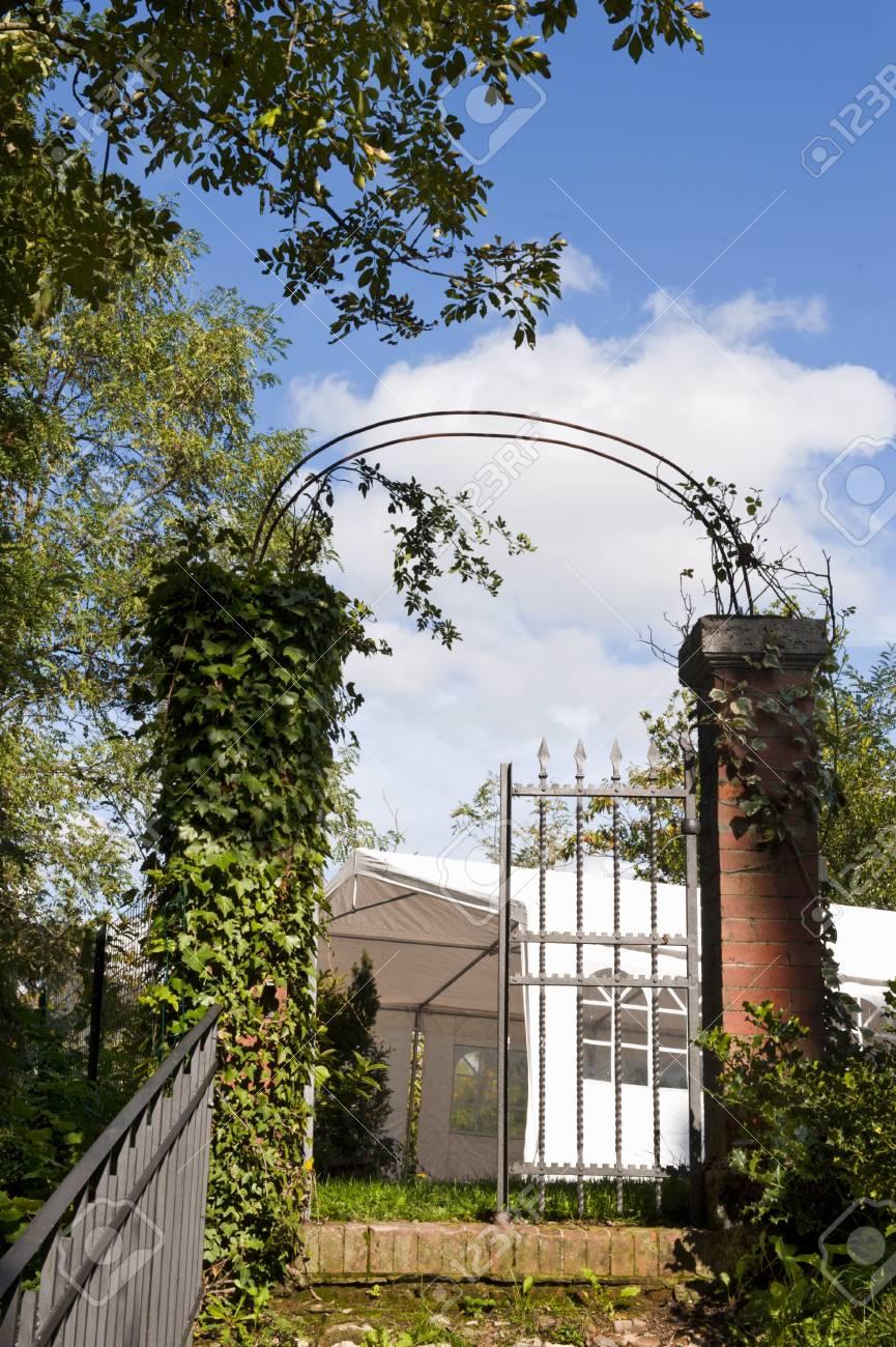 Foto Giardini Con Gazebo.Vecchio Cancello Si Apriva Su Un Giardino Con Gazebo