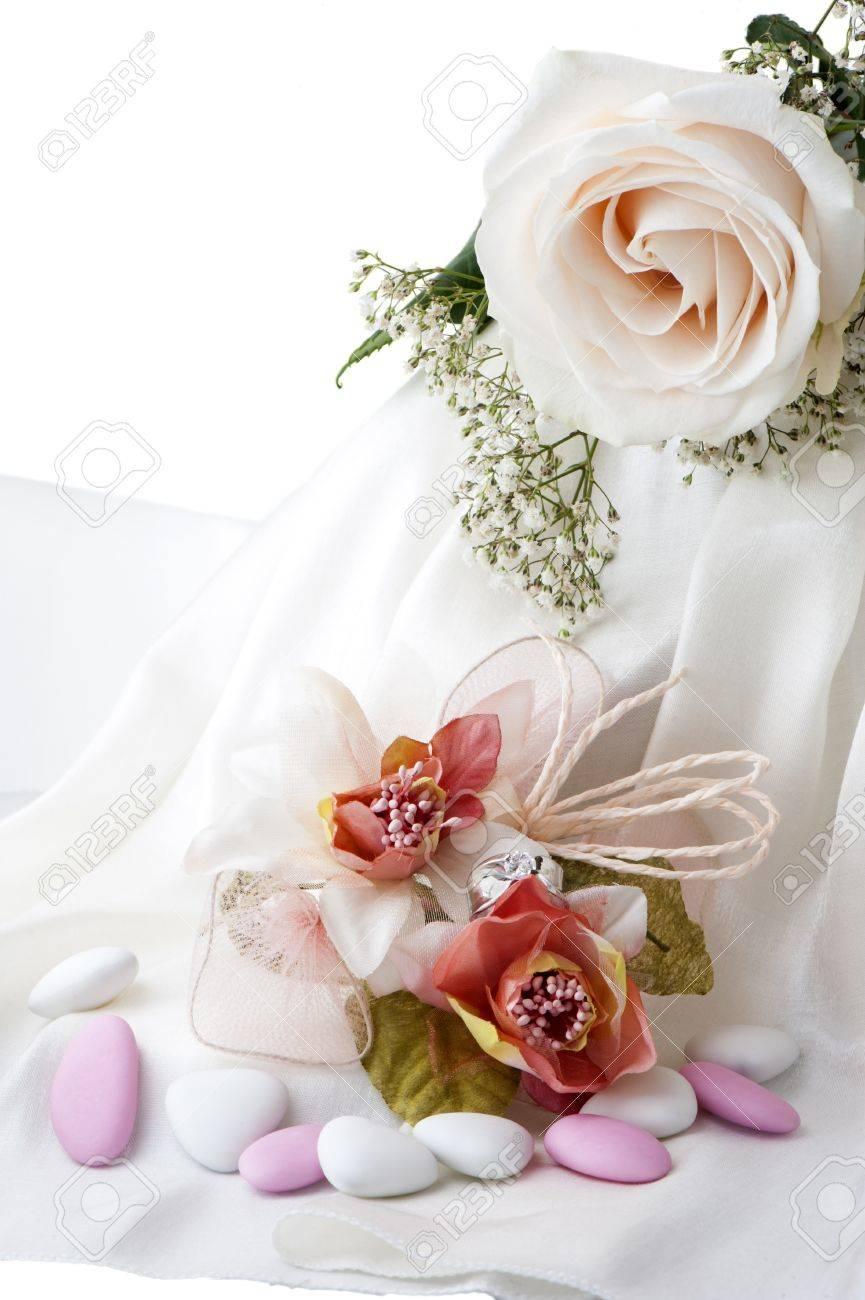 Hochzeit Gefalligkeiten Hochzeit Ringe Und Blumen Auf Weissem