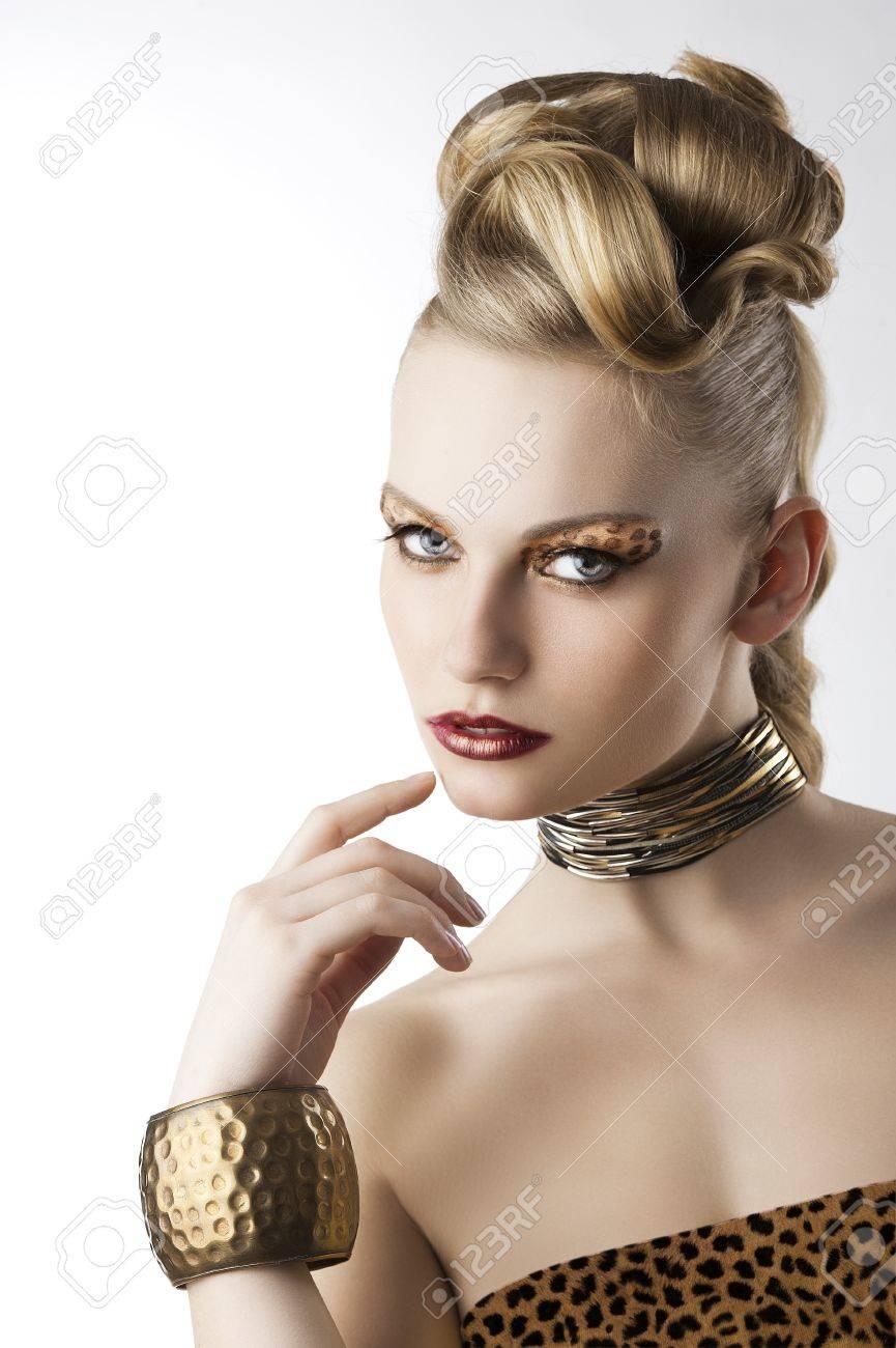 portarit moda belleza rubia chica joven linda con el peinado creativo y el leopardo maquillaje