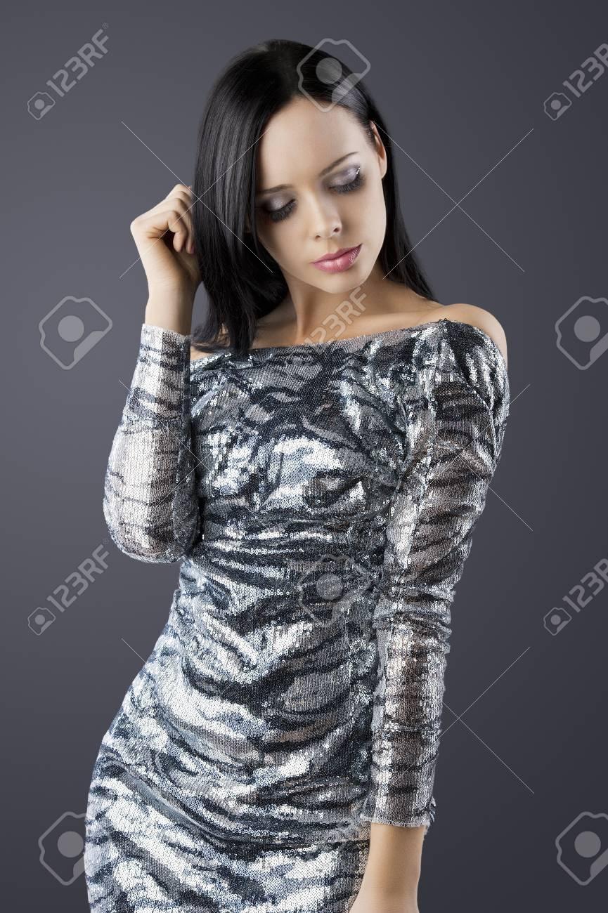 buy online 380cc 35491 Colpo moda sexy ragazza bruna disco allegro posa su sfondo scuro in abito  nero e argento, lei è davanti alla macchina da presa, i suoi occhi sono ...