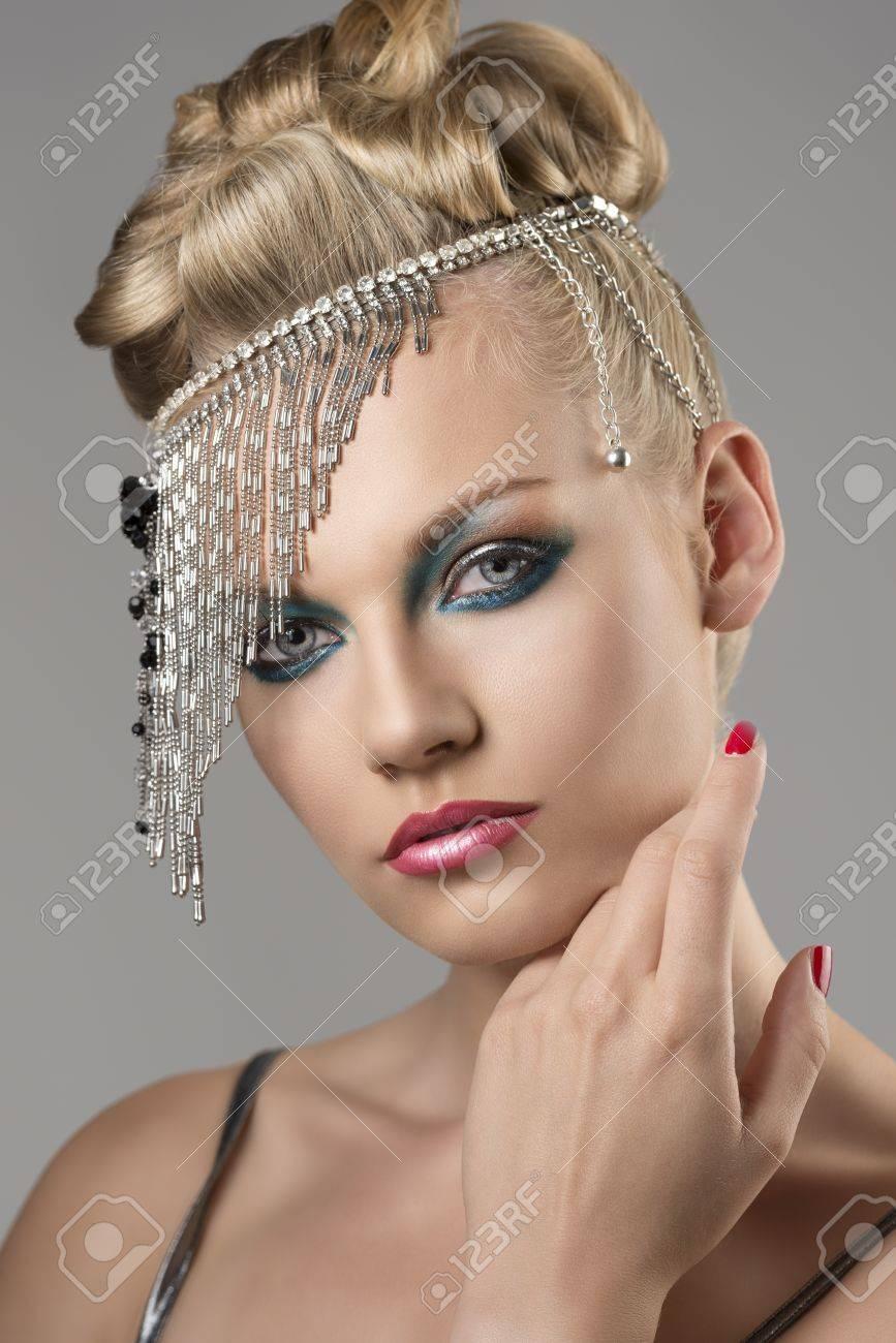 Portrait De La Jolie Fille Avec La Coiffure Elegante Et La