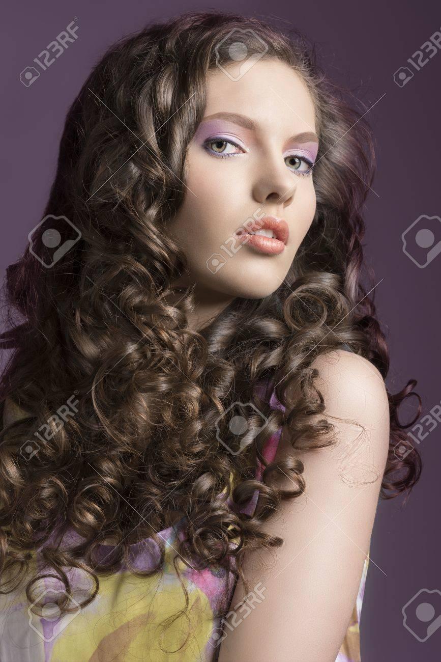 Belle Brune Aux Cheveux Bouclés Et Singulet De Couleur Son Visage