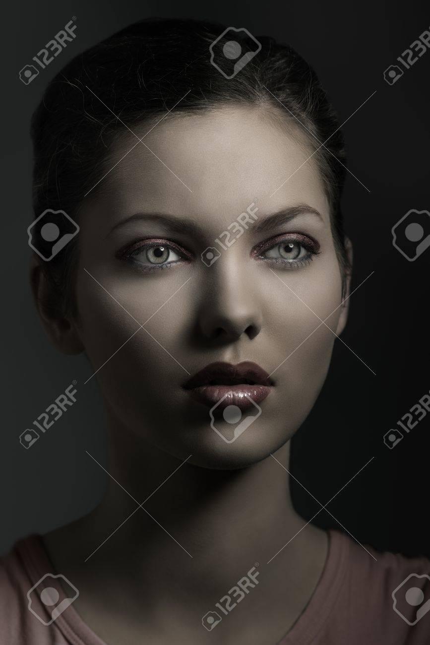 Schöne Junge Frau In Close Up Porträt Mit Roten Make Up Braune