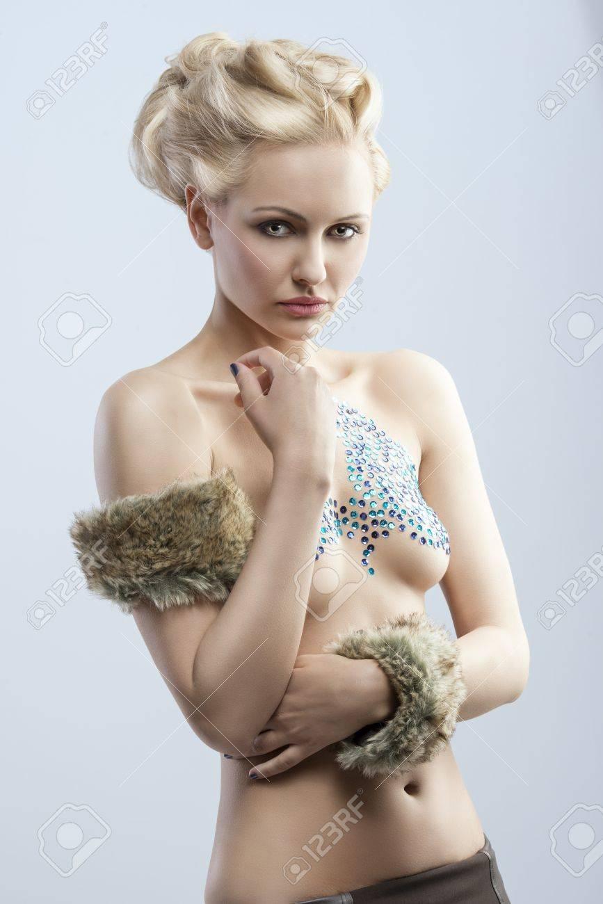 nude blonde madchen mit behaarten armen