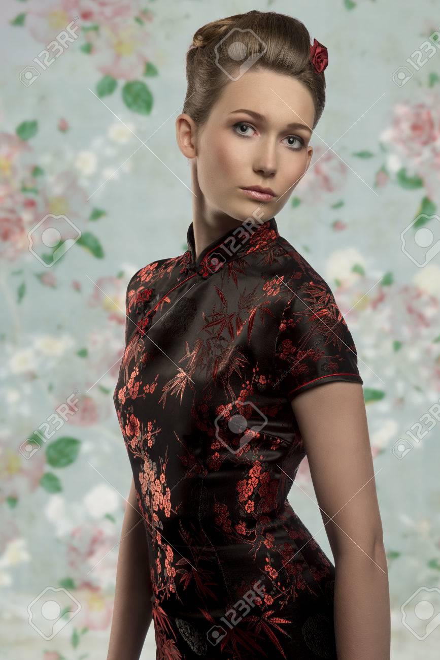 Chica Bastante Caucásica Posando Con Elegante Peinado Con Un Vestido Japonés Sexy Y Mirando A Puerta Cerrada