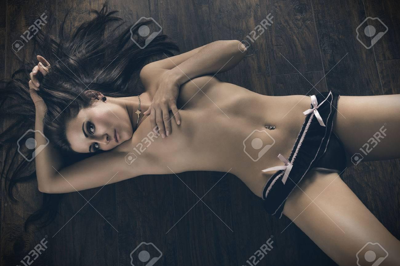 Hembra Atractiva Con La Carrocería Perfecta Desnuda En Pose Erótica Acostado En El Piso De Madera Ella Está Vestida Sólo Con Ropa Interior Y Que