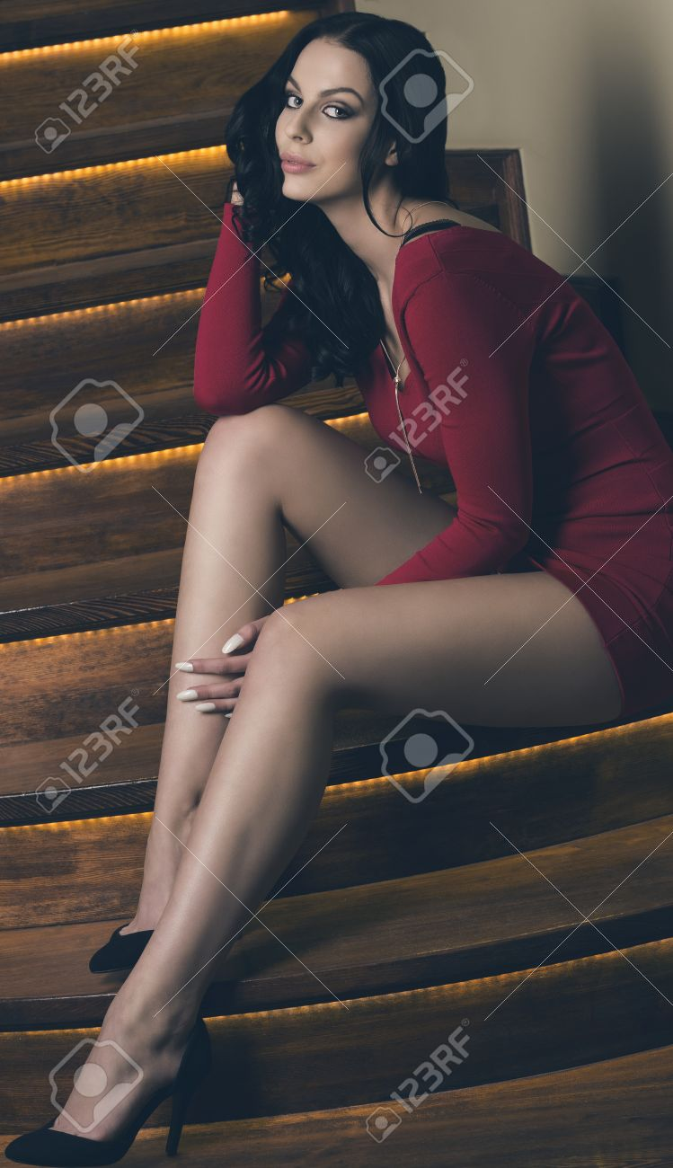 ebbbeaca4d2f Archivio Fotografico - Sensuale donna con lunghi capelli neri