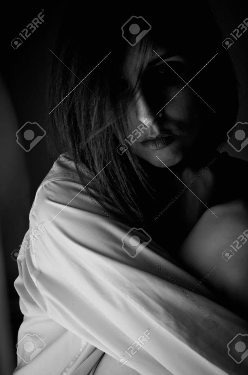 Portrait Belle Femme En Noir Et Blanc Avec Le Visage Grave Et Enveloppé Dans Une Atmosphère De Tristesse
