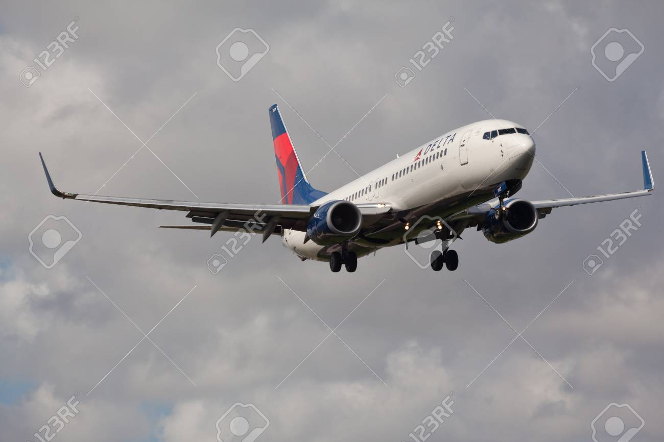 FORT LAUDERDALE, USA - November 4, 2015: A Delta Air Lines Boeing 737 aircraft landing at the Fort LauderdaleHollywood International Airport. - 50214523